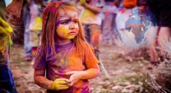 Noir+ Blanc+ Jaune = Être Humain : ce n'est pas la couleur de notre peau qui nous rend différents, c'est la couleur de nos pensées