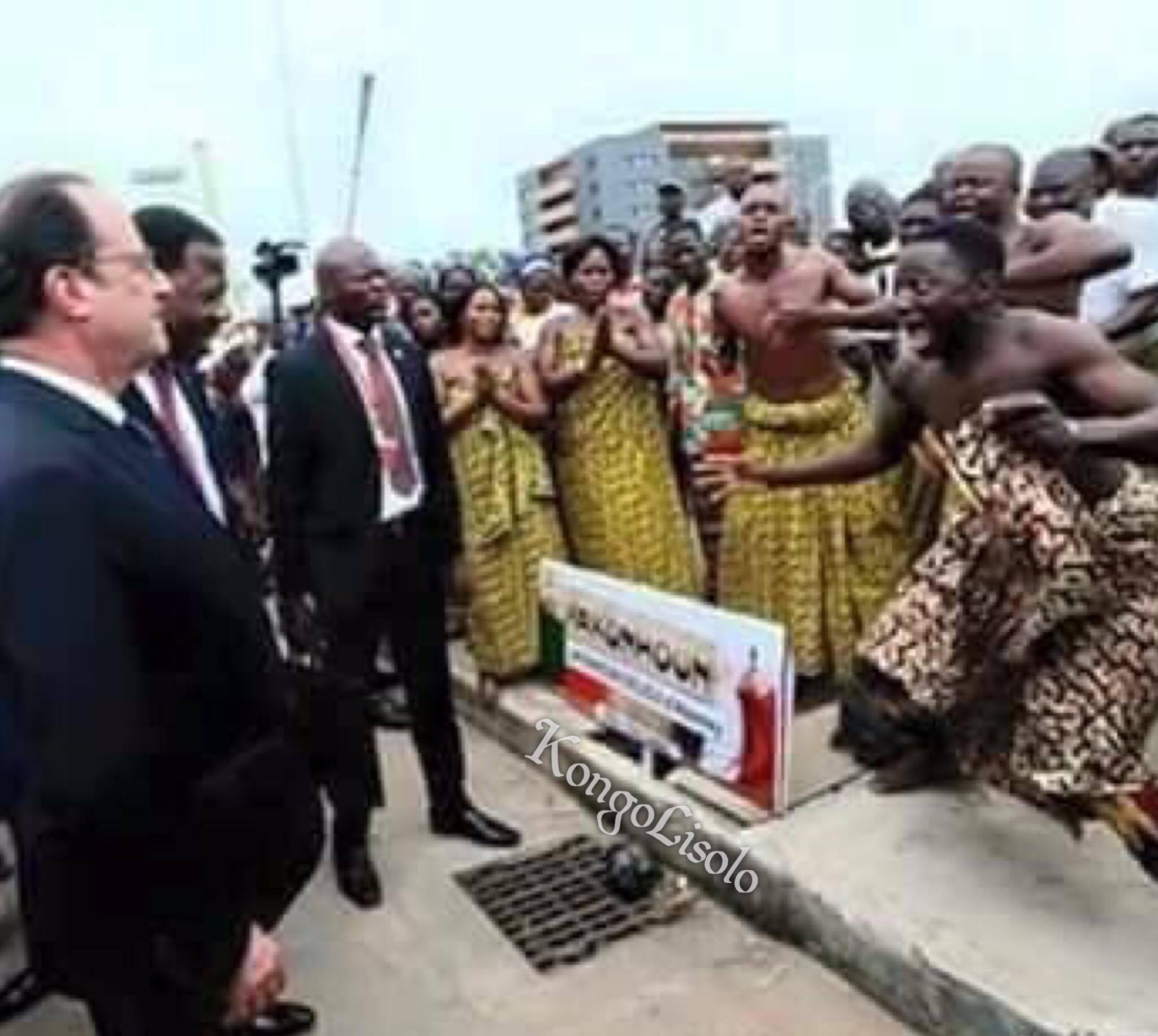 Le maître reçu par ses sujets de l'Enclos colonial Bénin, tout comme au bon vieux temps de l'Empire colonial