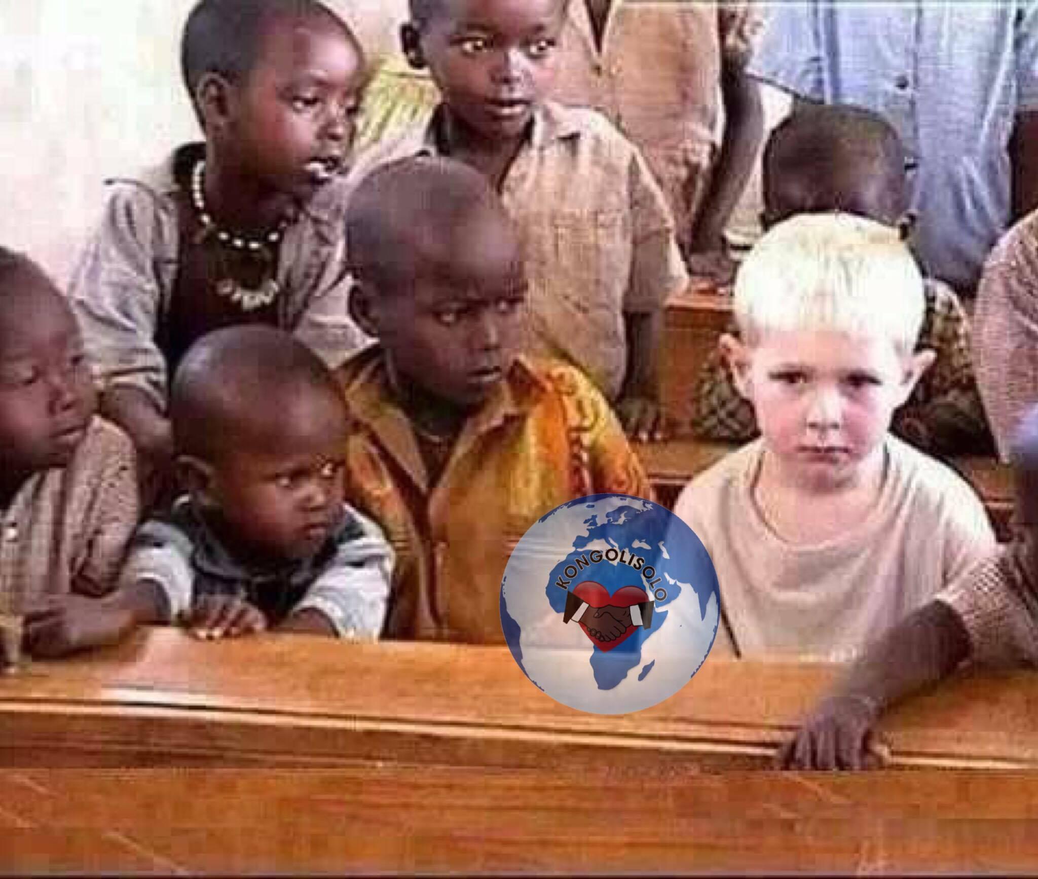 Regardez le visage du petit garçon assis à droite du fils du Maître