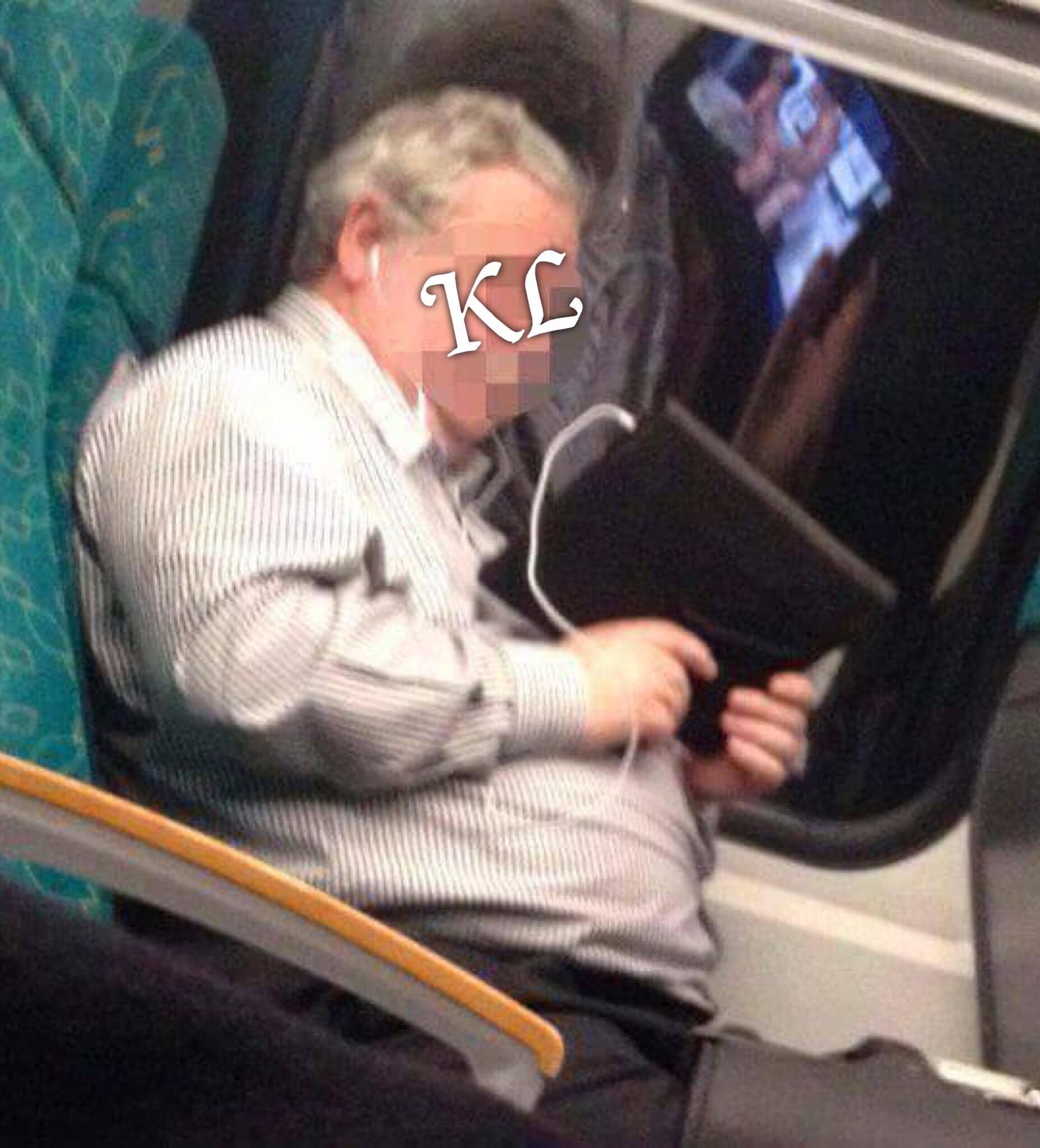 Vraiment à son âge ? ... Ce vieux est (égal à zéro) nul, il a même oublié qu'il est dans les transports publics et que les fenêtres ont des yeux