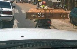 Un taxi moto transporte un cercueil avec une vitesse exorbitante dans un embouteillage, dans une route très étroite