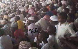 Mes frères et sœurs. (Noirs/Africains), la photo que vous voyez n'est pas un match de football, mais c'est un concours coranique en Tanzanie