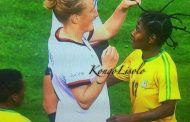 Ceci s'est passé à Rio au Brésil (Jeux Olympiques 2016) : cette fille blanche est étonnée de voir les cheveux naturels d'une mignonne jeune fille Noire/Africaine