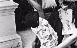 Piqûre, de rappel des atrocités du « Messie » : en 1965 à Jackson dans Mississipi, le photographe Matt Herron a pris une image iconiquement ironique à l'époque du combat des droits civiques