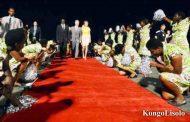 Le Burundi fait se prosterner des jeunes filles pour accueillir le prince héritier de la Belgique lors des célébrations du cinquantenaire de l'indépendance en 2012
