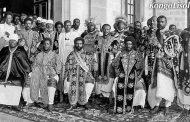 Le Négus (le Roi) en amharique (éthiopien) Negus ta Nagas (rois des Rois) le Ras Tafari Haile Sélassié : (l'homme assis en bas au milieu sur la photo de l'une des dernières et plus anciennes familles royales Africaines)