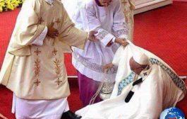 Le nègre se croit si béni, qu'il pourrait même se livrer au pape après cette cérémonie ... (VIDÉO)