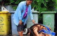 La beauté thaïlandaise : Khanittha Phasaeng, s'est agenouillée devant sa mère pour la remercier après avoir remporté le titre de Miss Thaïlande 2015