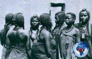 La beauté africaine : bien originale en pleine coiffure caméras (vers 1920-1930)