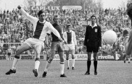 Johan Cruyff, né le 25 avril 1947 à Amsterdam et mort le 24 mars 2016 à Barcelone, est un footballeur international néerlandais, qui évolue au poste de milieu offensif ou d'attaquant, avant de devenir entraîneur