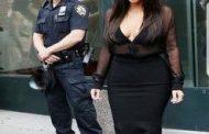 D'après vous, qu'est ce que ce policier est en train de regarder et à quoi pense-t-il ?