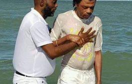 Vraiment ça fait trop mal de voir ça, ces Africains noirs sont vendus et traités comme des esclaves, mais ils continuent toujours à prier et compter sur les dieux de ceux qui leur font du mal ... (VIDÉO)
