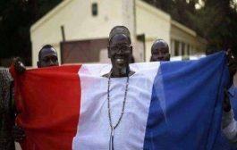 Voici un citoyen colonial malien (fière d'être esclave) a déjà cousu son boubou avec les couleurs du drapeau hexagonal pour montrer à ses maîtres colonialistes français combien il aimait la France