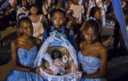 En Colombie, les communautés noires célèbrent Noël en février, un héritage de l'esclavage et un symbole de résistance : la communauté noire du village de Quinamayo du département du Valle del Causa célébrant les « adorations » en Février