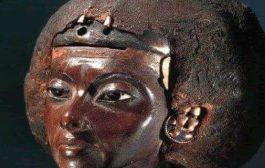 La reine Tiyi: Moïse, le père fondateur d'Israël, à l'âge d'un an, on lui donna le nom de Thutmosis à sa naissance. Il fût déclaré mort par sa mère Tiyi (1391 avant JC), mère d'akhenaton et grand-mère de Toutankhamon