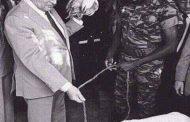 """הנשיא תומאס סנקרה מקבל את פרנסואה מיטראן כמיטב המסורת האפריקאית הטהורה, עם תרנגולת וכבשה, """"זה מה שיש לנו בבית"""", הוא אומר, """"הזיכרון הוא בבסיס האישיות האישית, כפי שהמסורת היא בבסיס האישיות הקולקטיבית"""