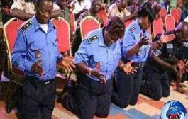 एक देश में सबसे भ्रष्ट और अंधविश्वासी पुलिस ट्रॉफी के बाद, जहां राष्ट्रपति बाइबल पर शपथ लेते हैं और इसे लोगों पर अत्याचार करने के लिए एक हथियार के रूप में उपयोग करते हैं