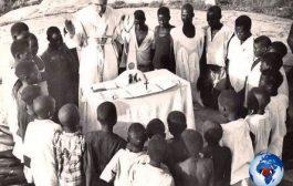 La religion chrétienne blanche enseigne encore au « Noir » qu'il devait tendre l'autre joue, sourire, gratter la terre, s'incliner, s'humilier, chanter, prier et se contenter des miettes qui tombaient de la table du Blanc