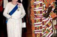 M. John Kufour, exemple d'un homme digne et égal à lui-même : un vrai digne fils d'Afrique, invité chez la Reine d'Angleterre, est fier de la tenue de chez lui, celle de ses ancêtres