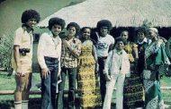 1974, le 5 Jackson arrivèrent à Dakar, au Sénégal pour un concert historique : Michael Jackson déclara à la presse américaine, alors qu'il était tout petit ...