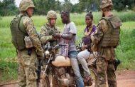 Voilà la démocratie qu' ils nous ont emmenés en Afrique : l'Africain noir est esclave, étranger partout dans le monde, même dans son propre continent ou pays ... Regardez ce mec sur la moto : les soldats américains, semblent-ils, lui ont intercepté pour lui demander ses pièces d'identité, sur sa terre, la terre de ses ancêtres, dans son pays en Afrique ... (VIDÉO)