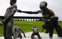 Les chaînes de la servitude et l'épée de la liberté : un bateau à la dérive des côtes africaines, à son bord, des hommes et des femmes à la peau noire entassés comme des bêtes de somme, liées par des chaînes à un destin commun