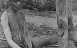 Voici un des nôtres, qui a trop souffert durant la traite négrière : quelle souffrance, en attendant qu'il soit embarqué dans un bateau pour un voyage sans retour