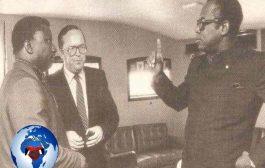 Jean Nguza Karl-i-Bond et le président Zaïrois Mobutu, en 1984 : après avoir occupé des hautes fonctions dans le parti-Etat et dans le gouvernement, Jean Nguza Karl-i-Bond sera disgracié, et même condamné pour haute trahison après la guerre du Shaba en 1977