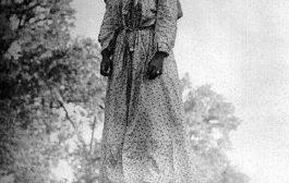 Les cartes postales de l'horreur : Laura Nelson a été lynchée sur un pont, sous le regard de son fils âgé de 15 ans, Lawrence Nelson. Les photos des lynchages ont ensuite été vendues comme cartes postales