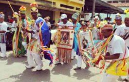 La Congada est une danse, un héritage des ethnies africaines devenus des caractéristiques distinctives toutes Brésiliennes. Durant les mois de Novembre et de Décembre, les pas (de danse) des hommes et des chants pour Notre-Dame du Rosaire sont entonnés par tous