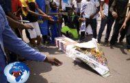 Première marche de l'opposition réussie à Kinshasa sans l'UDPS: les militants des partis politiques de l'opposition en ont profité pour célébrer les funérailles l'UDPS en lui faisant des adieux à leur manière « Kabila a déjà épousé Félix Tshisekedi », estiment-t-ils