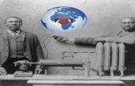 Charles SL Bake – inventeur du chauffage : la photographie montre l'inventeur Afro – Américain Charles SL Baker et un autre homme debout derrière le système de chauffage (le radiateur)
