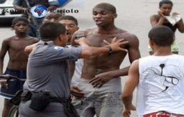 Le génocide de la jeunesse noire brésilienne : 77 % des personnes tuées au Brésil sont noires et jeunes ; et 65 % des prisonniers sont noirs ; en outre, 9 des 10 décès ou tués par la police à Rio sont des noirs
