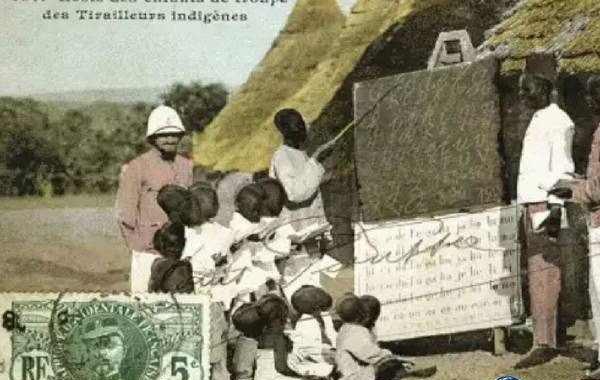 Lorsque l'école occidentale a commencé à combattre l'école traditionnelle africaine et a commencé à pourchasser les gardiens traditionnels de la connaissance, cela a également coïncidé avec l'époque, où tous les guérisseurs ont été jetés en prison comme des charlatans, voire même des sorciers pour avoir « pratiqué » la médecine sans permis