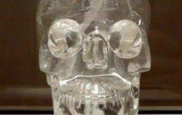 Le mystère des 13 crânes de cristal et le secret de la vie : un crâne de cristal est une représentation en cristal de roche d'un crâne humain « La popularité de ce type d'art débute au XIXe siècle parmi les amateurs d'antiquités mésoaméricaines précolombiennes »