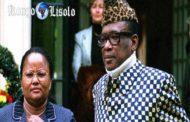 Les révélations du médecin de Mobutu : c'est un livre mal écrit et encore plus mal traduit. Néanmoins, il intéressera les lecteurs « branchés » Congo par les détails qu'il apporte sur la période 1960-76, même s'ils ne concernent qu'un cercle bien restreint de Congolais