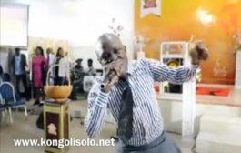 Dance atypique d'un homme de Dieu : dans cette église soi-disant de « réveil », le pasteur en fait de trop en livrant un spectacle de danse abracadabrantesque ... (VIDÉO)