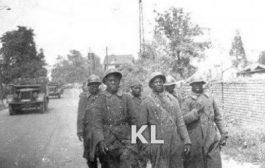 De nombreux Africains ont ainsi été enrôlés de force dans l'armée française: Au début de la Seconde Guerre mondiale, entre 1939 et juin 1940, ils étaient 100 000 à être enrôlés dans les colonies pour défendre la métropole