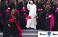 Ignoble mission des évêques Noirs/Africains : le souverain pontife Blanc, seul parmi une cohorte des évêques Noirs/Africains, exerce sa souveraineté suprême sans quiconque tousse