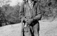 Nous sommes en 1920 à Addis-Abeba : un soldat éthiopien avec son babouin de l'ancien royaume d'Abyssinie, aujourd'hui Ethiopie « Le royaume d'Abyssinie ou d'Ethiopie était un empire Noir/Africain situé entre le Soudan, l'Afrique de l'Est, l'Erythrée et les Somalilands »