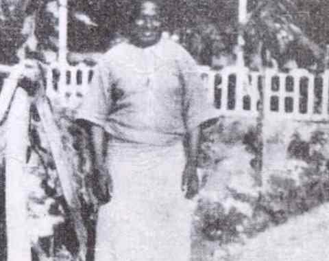 """भाग 1: भगवान किम्बंगू का जन्म और चमत्कार """"29 अक्टूबर, 1665 को कोबो किंगडम के पतन के बाद, राजा वीटा नंगा की मृत्यु के साथ, मबिला में, अफ्रीका पश्चिम के हाथों में आता है, गुलामी को प्रबल किया जाता है, हजारों की संख्या में। गोरों को कथित तौर पर ईसाई जाति के आशीर्वाद के साथ यूरोप और अमेरिका में जानवरों की तरह बेचा, निर्वासित और व्यवहार किया जाएगा, जो कि काली नस्ल के कथित बाइबिल अभिशाप पर आधारित था, जिसका उद्देश्य श्वेत जाति की सेवा करना था """""""