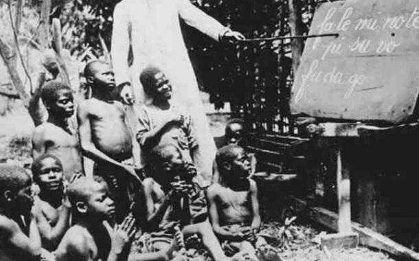 """बाइबिल: काले / अफ्रीकी लोगों की अधीनता की सेवा में एक उपकरण; बाइबल ने हमें डराया और हमें एक सदी से अधिक समय तक प्रस्तुत करने की दिशा में डराना जारी रखा """"यह बाइबिल के कारण है"""":"""