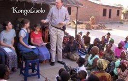 La Parole d'évangile pour les nègres : Le Noir / Africain est orphelin du leadership politique, religieux, culturel et humanitaire « Regardez la photo : pourquoi tous ces blancs sont assis sur les chaises et tous les noirs sont assis par terre ? » Et, c'est en Afrique … (VIDÉO)