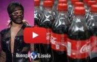 """מדוע קוקה קולה חיובי לקוביד 19? הסרטון עלה לכותרות באינטרנט: קוקה קולה מכיל covid19; והרופא הגבונאי יונגונגה, לאחר שביצע את הניסוי, השיג זה עתה את אותה תוצאה בכך שהוכיח שה- Covid-19 יפהפה ונוכח היטב במשקה המוגז """"המפורסם"""" של קוקה קולה ... (VIDEO)"""