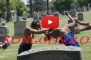 La rivalité des femmes a-t-elle franchi la ligne ? Même pour les morts, les femmes d'aujourd'hui n'hésitent pas à aller manifester leurs rivalités au cimetière, non seulement pour se quereller, mais aussi pour se battre « L'homme est devenu une perle rare; en avoir un, c'est comme trouver le Saint Graal » ... (VIDÉO)
