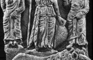 Origines de l'islam : ses racines païennes matriarcales « Les 3 déesses de la Kaaba - la Kaaba, temple de la déesse Allat » Ka'aba signifierait cube en arabe, mais la Ka'aba elle-même serait l'ancienne « Kaabou », du mot grec qui signifie « Jeune fille, et désigne la déesse Astarté », c'est-à-dire Aphrodite dans la mythologie grecque qui correspond à la Vénus Romaine et l'al-'Uzza (العزى) des Arabes considérée comme la déesse de la fertilité