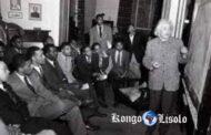 """אלברט איינשטיין, פרופסור לפיזיקה באוניברסיטה העברית בירושלים, נוסע לראשונה לארצות הברית בקורס פיזיקה לסטודנטים שחורים באוניברסיטת פנסילבניה, 3 במאי 1946 """"איינשטיין מדען גדול שלא שופט לא אנשים לפי צבע עורם """""""