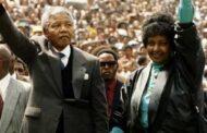 """בצדק או שלא בצדק: האם זה אפריקאי, מה שמנדלה עשה? שאלת סיום סיפור האהבה, בין נלסון מנדלה לאהובתו ויני מנדלה, שווה את כל חשיבותה. """"מה שעשה נ 'מנדלה ביחס ליורשיו, האם הוא צדק או לא? """""""
